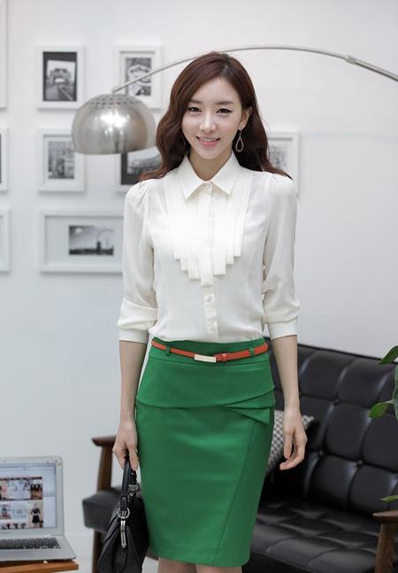 Áo sơ mi màu trắng kết hợp với váy bó sát để tôn lên dáng vẻ của các chị em