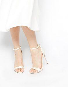 Chân gầy nên chọn sandal màu sáng