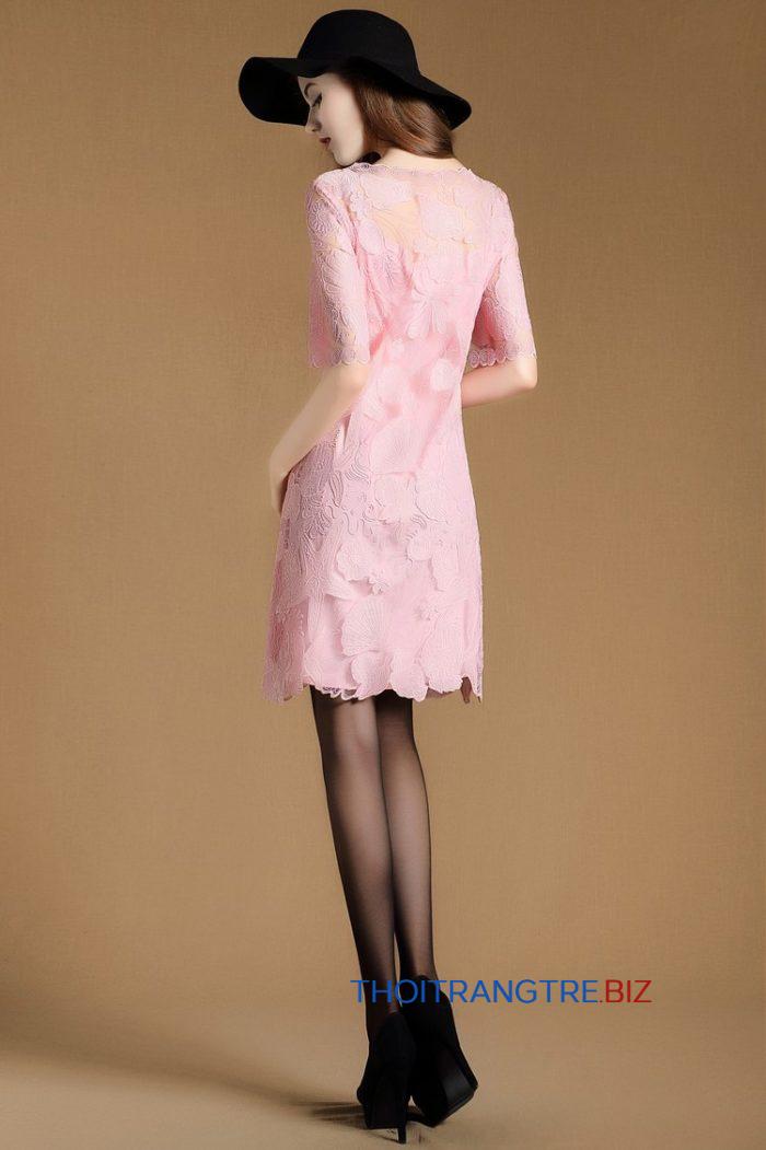 Cùng là đầm hồng pastel chất liệu ren, nhưng thiết kế dáng suông lại phù hợp với những bạn gái có thân hình mảnh dẻ, mình hạc xương mai. Kiểu dáng suông kết hợp cùng sắc hồng pastel ngọt ngào mang tới cảm giác nhẹ nhàng, nữ tính và trong sáng cho người mặc.