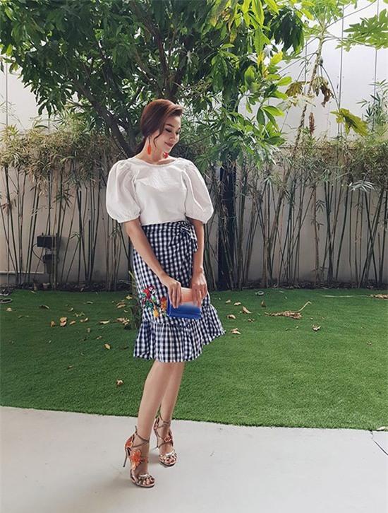 Siêu mẫu Thanh Hằng biến tấu với kiểu áo tay phồng điệu đà và váy đuôi cá quyến rũ