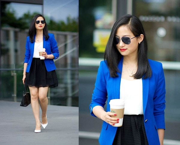 Sự kết hợp giữa váy đen và áo khoác màu xanh cô ban cho bạn sự trẻ trung,sành điệu