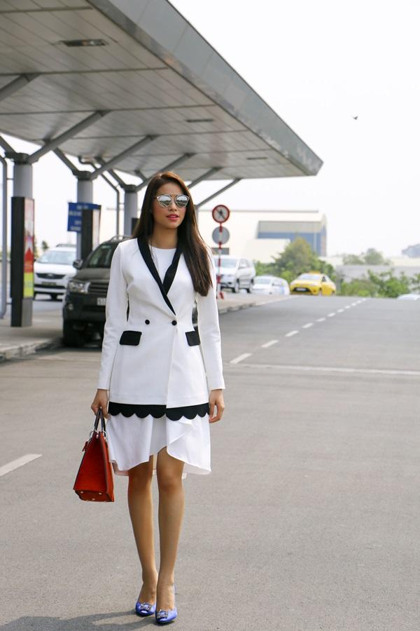 Trước đó cô cũng đã từng xuất hiện trong bộ đồ trắng ở sân bay vào năm ngoái