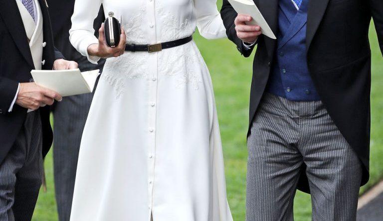 Meghan Markle diện đầm trắng lộng lẫy, kiêu sa sánh vai cùng Hoàng tử Harry