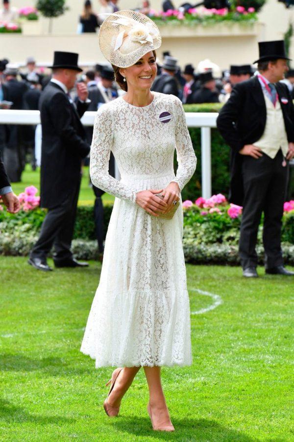 công nương Kate Middleton cũng diện trang phục đầm trắng lộng lẫy vào năm 2016