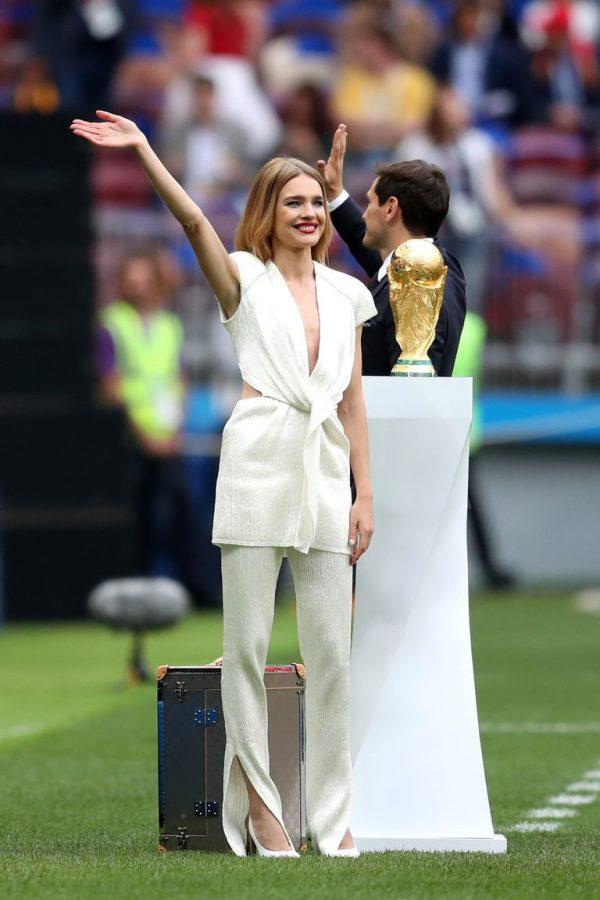 Natalia Vodianova gây chú ý trên sân cỏ với bộ cánh trắng cắt xẻ ngực